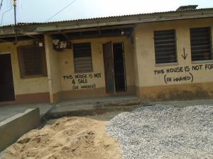 2 bedroom House for sale off western avenue,by barracks Western Avenue Surulere Lagos