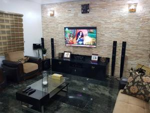 4 bedroom House for sale APO close to cedacrest hotel Apo Abuja