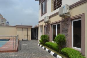 5 bedroom Terraced Duplex House for shortlet Ihuntayi Street ONIRU Victoria Island Lagos