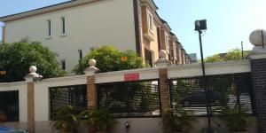 5 bedroom Terraced Duplex House for sale Dada fayemi close; Osapa london Lekki Lagos
